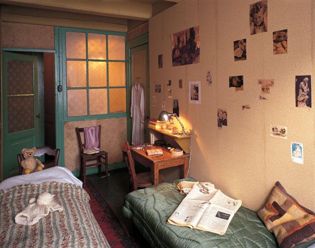 Quarto de Anne no Anexo  secreto. Repare os recortes na parede. Ela era apaixonada por estrelas de cinema. <3
